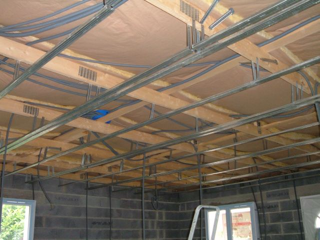 Le plafond la construction de notre maison for Plafond placoplatre ba13